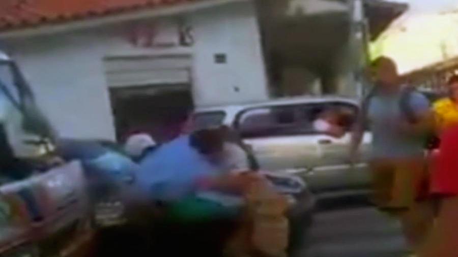 Dos-hombres-se-caen-a-golpes-en-plena-calle-en-Bolivia