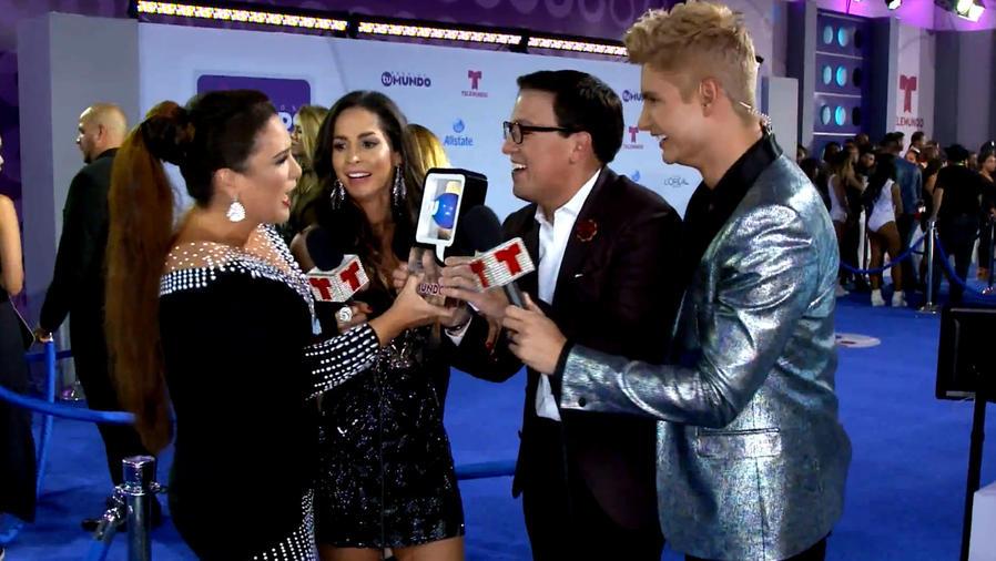 """Los presentadores de """"¡Qué Noche con Angélica y Raúl!"""" ganan en la categoría """"Programa Favorito Fin de Semana""""."""