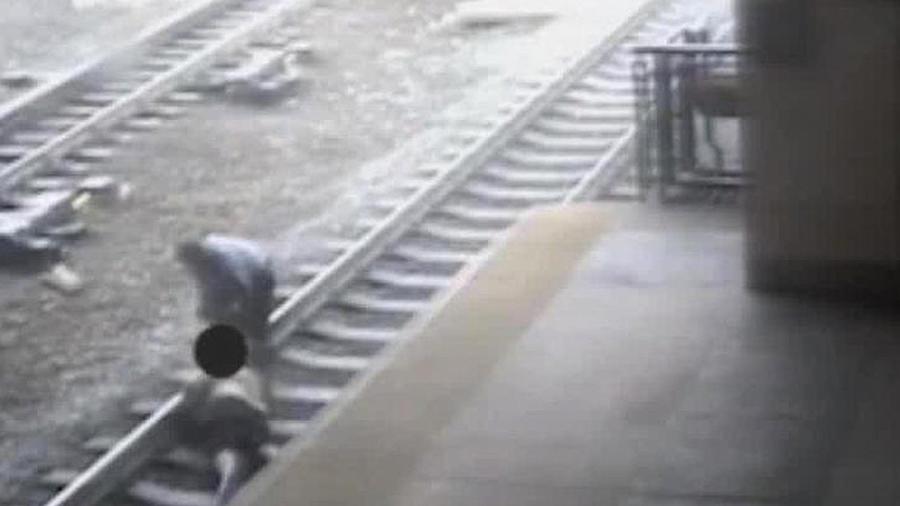 Policía arriesga su vida para salvar a un hombre de morir bajo un tren