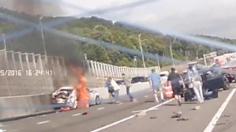 Choque múltiple y auto en llamas en Nueva York
