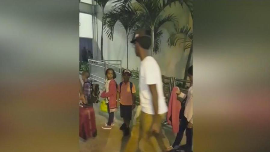Madre recibe hijo equivocado tras viaje en avión