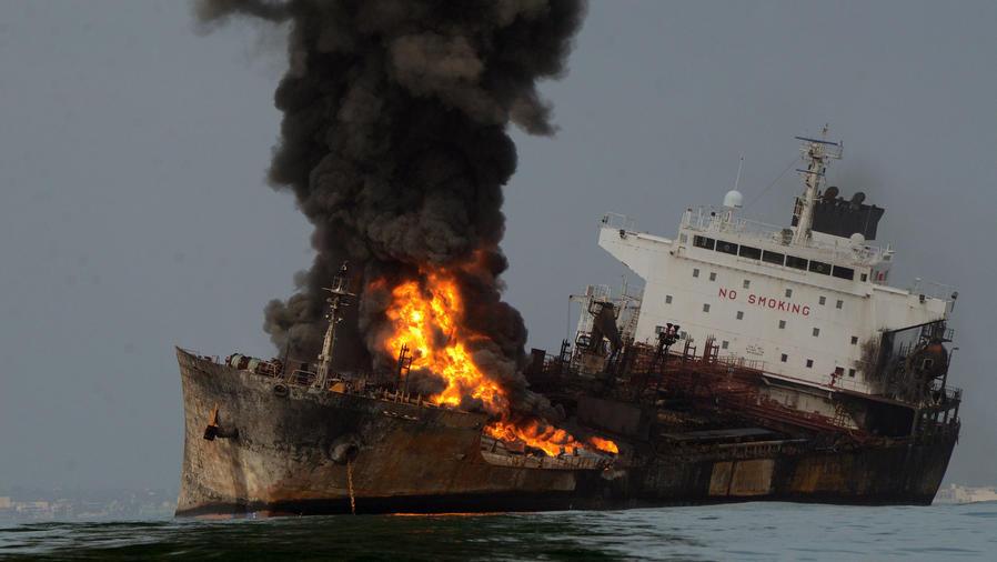 PEMEX investiga razones de fuego en petrolero