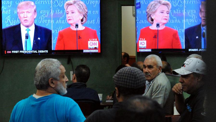 personas viendo el debate
