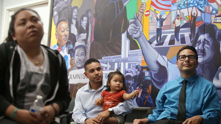hispanos viendo el debate