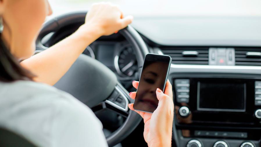 mujer manejando con celular