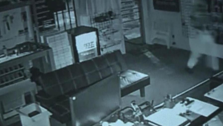 Buscan sospechosos de robar armas de fuego en Charlotte