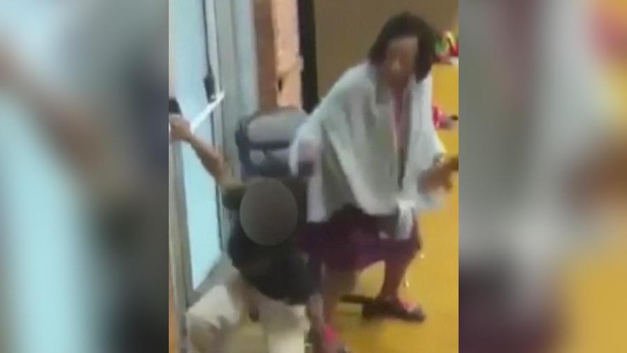maestra golpeando a niña