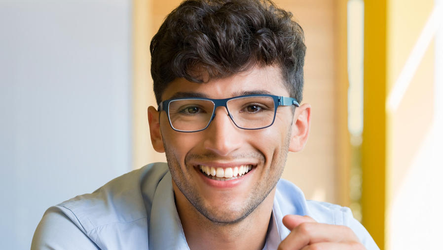 joven latino sonriendo