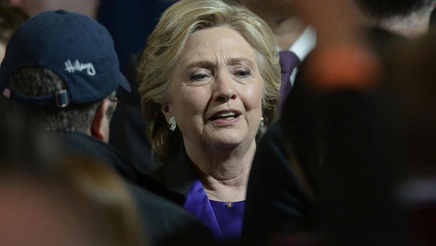 Clinton se reúne con simpatizantes