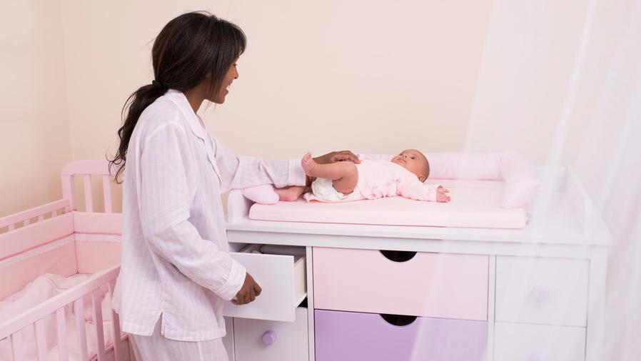 mujer cambiando a bebé
