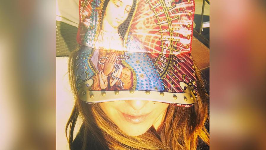 kate del castillo con gorra de virgen de guadalupe