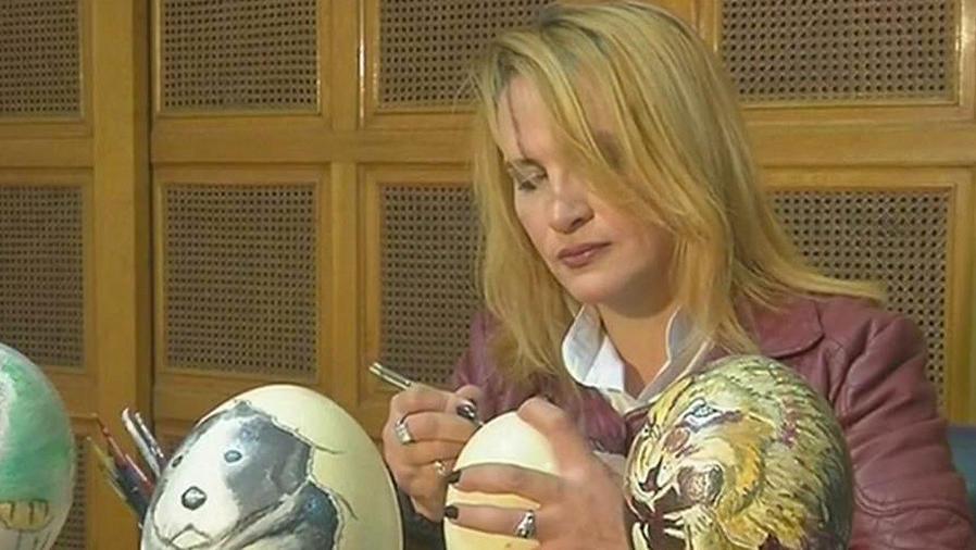 obras de arte en huevo de avestruz