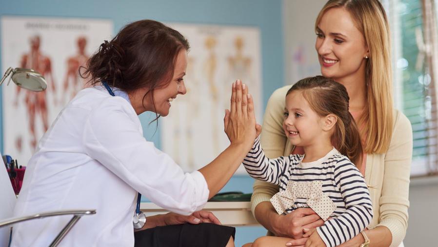 doctora con niña paciente