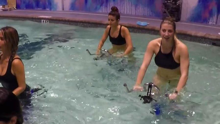 mujeres haciendo ciclismo acuatico