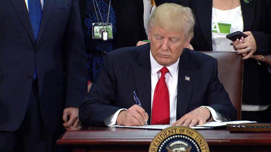 Donald Trump firma acción para construir muro fronterizo