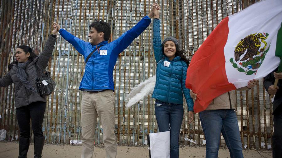 Cientos de mexicanos forman valla humana contra el muro