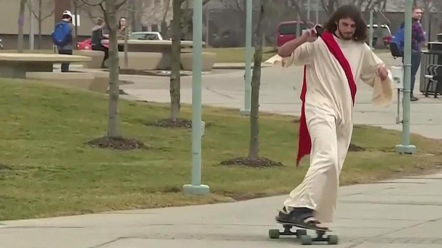 joven disfrazado de jesus