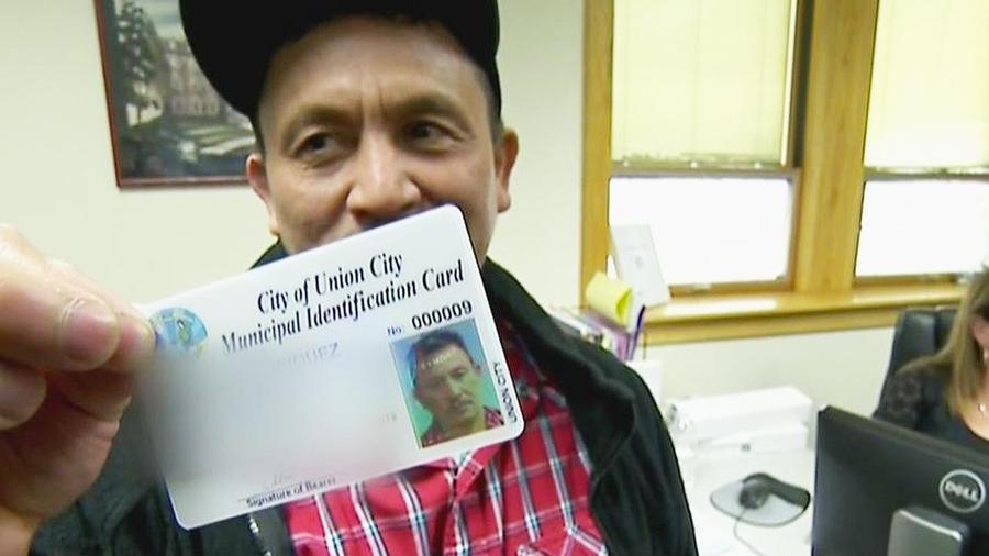 Un hombre muestra una tarjeta de identificación emitida en Union City, New Jersey