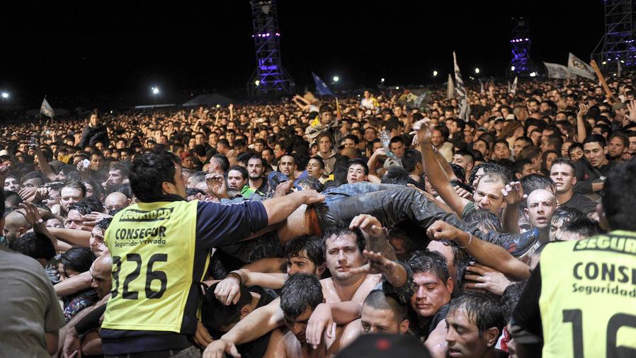 Mueren dos personas por estampida durante concierto en Argentina