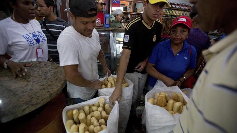 Gobierno de Maduro define que 90% de la harina se destine sólo a pan