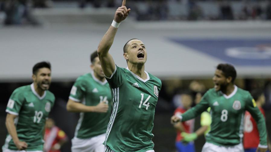 Chicharito Hernández hace su gol 46 con la camiseta verde