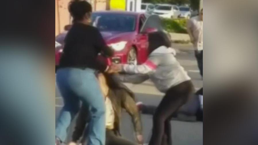 pareja se golpea en la calle