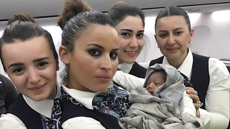 Azafatas de vuelo con bebé