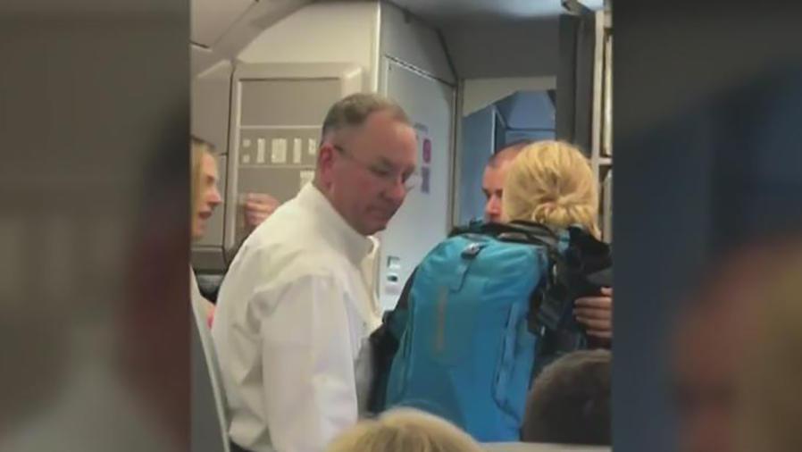 Conmoción por altercado entre auxiliar de American Airlines y pasajeros