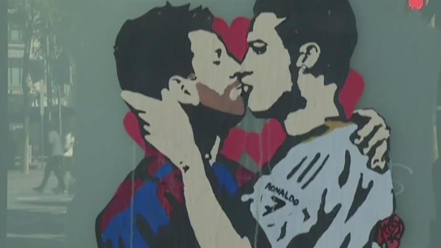 Messi y Cristiano Ronaldo se besan virtualmente en Barcelona