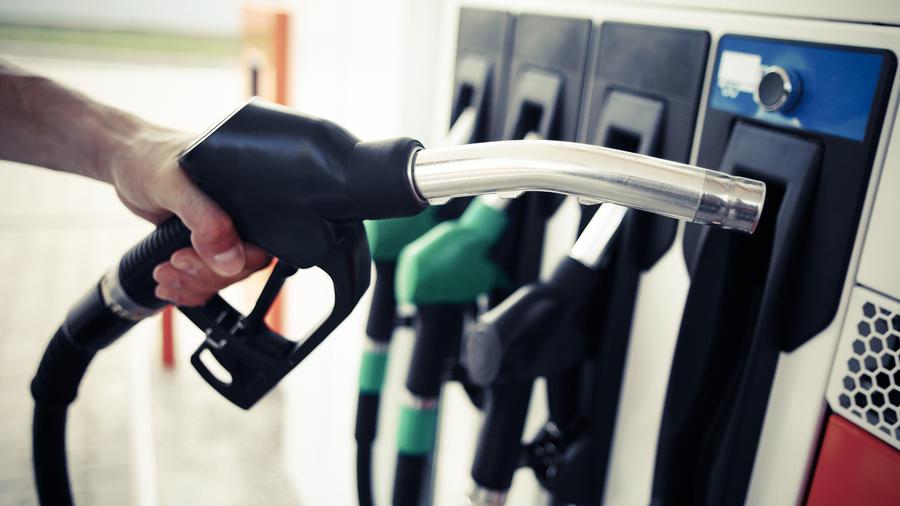Sube la gasolina en EEUU a pesar de la baja del petróleo
