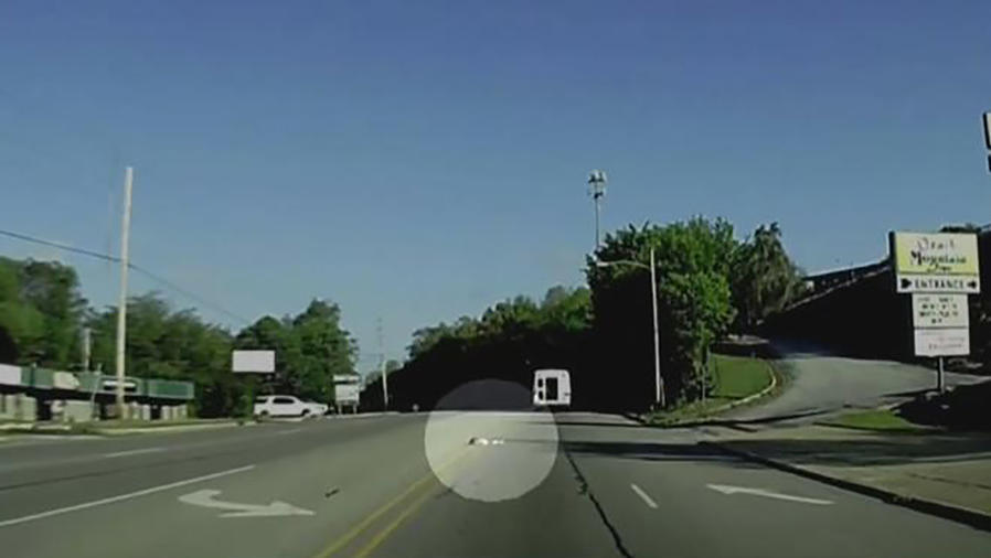 Niña sobrevive a caída de bus en marcha en Arkansas