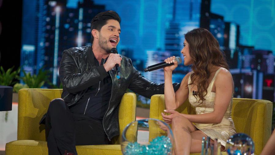 María León y Daniel Elbittar cantando