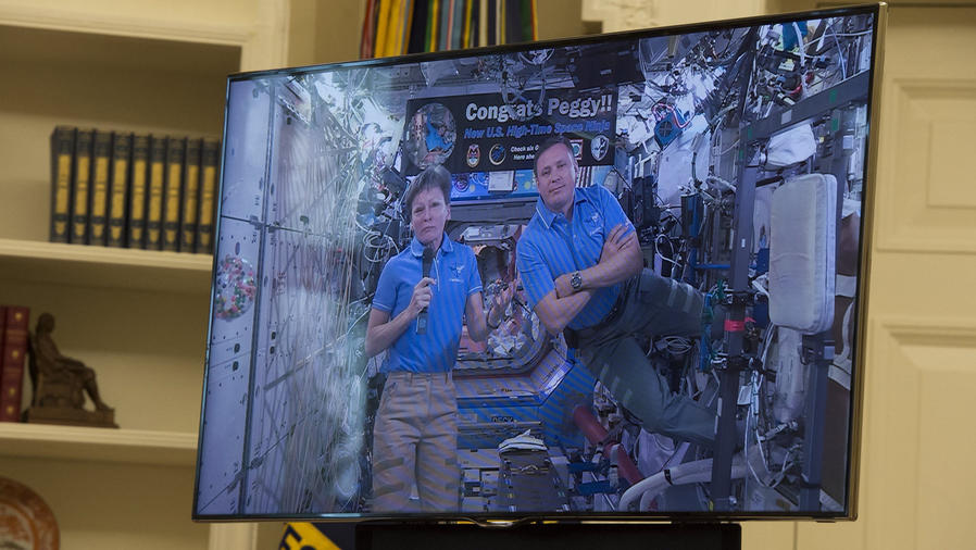 trump homenajea a astronauta
