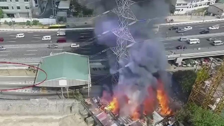 arde en llamas torre de alta tension