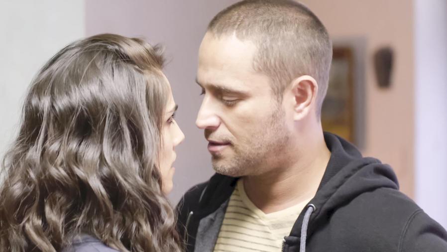 Michel Brown y Sandra Echeverría besándose en La Querida del Centauro 2