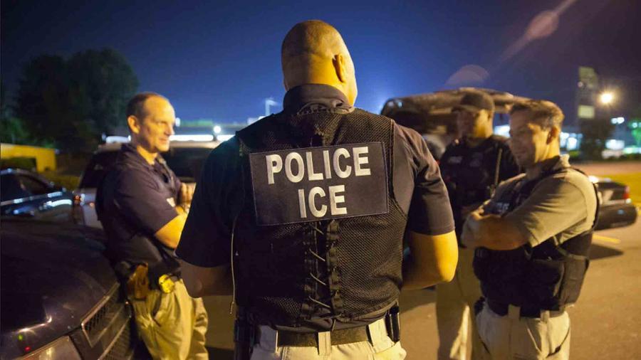 Foto de archivo: Un grupo de agentes de ICE conversando
