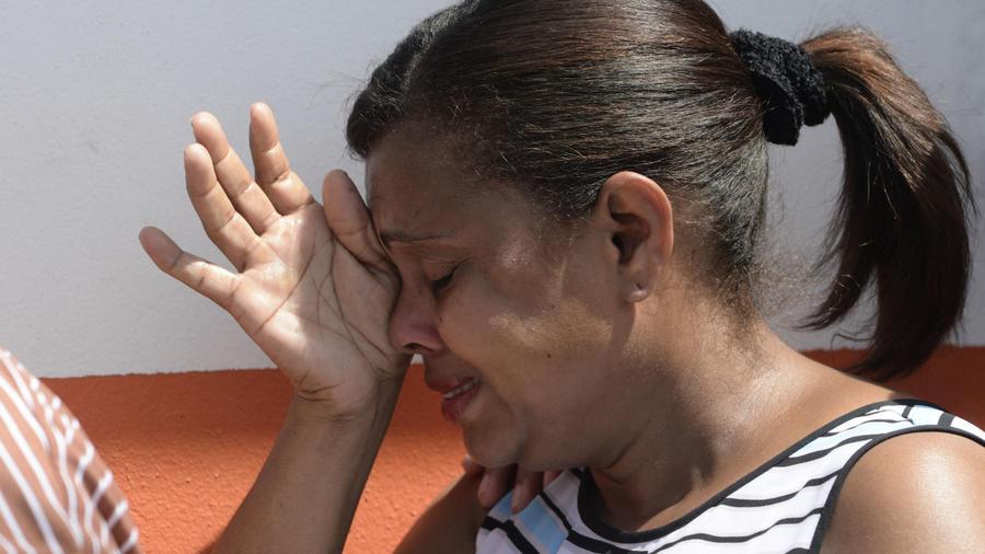 Una mujer llora en Santurce tras el paso del huracán María por Puerto Rico.