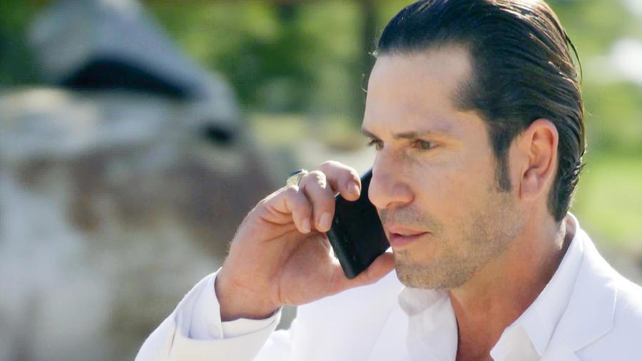 Gregorio Pernía hablando por teléfono en Sin Senos Sí Hay Paraíso 2