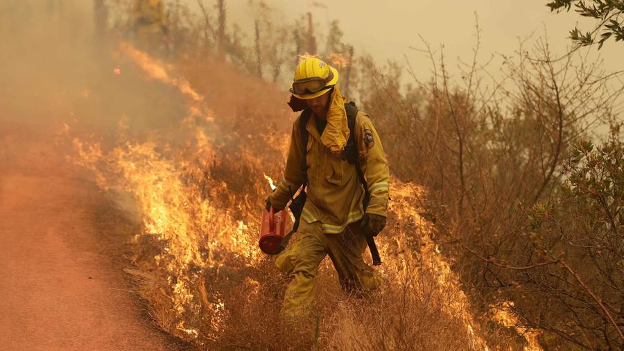 Un bombero en mitad de las llamas en incendios en norte de California
