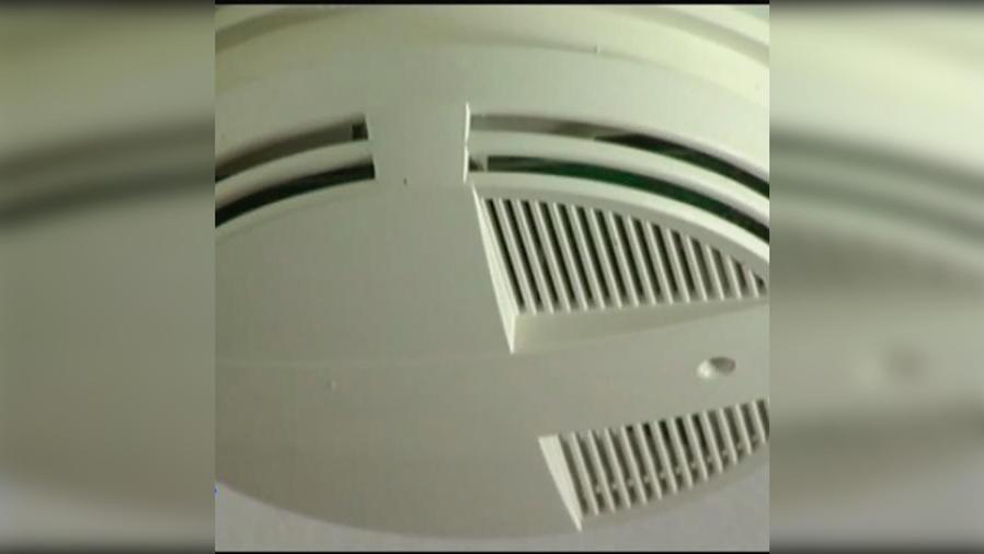 ¡Prevenga incendios! Revise las baterías de los detectores de humo al menos 2 veces por año