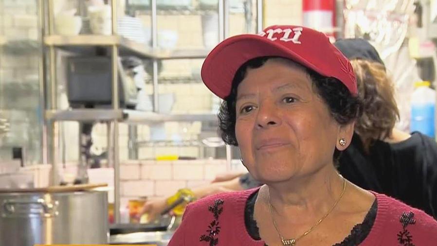 mujer mayor con gorra