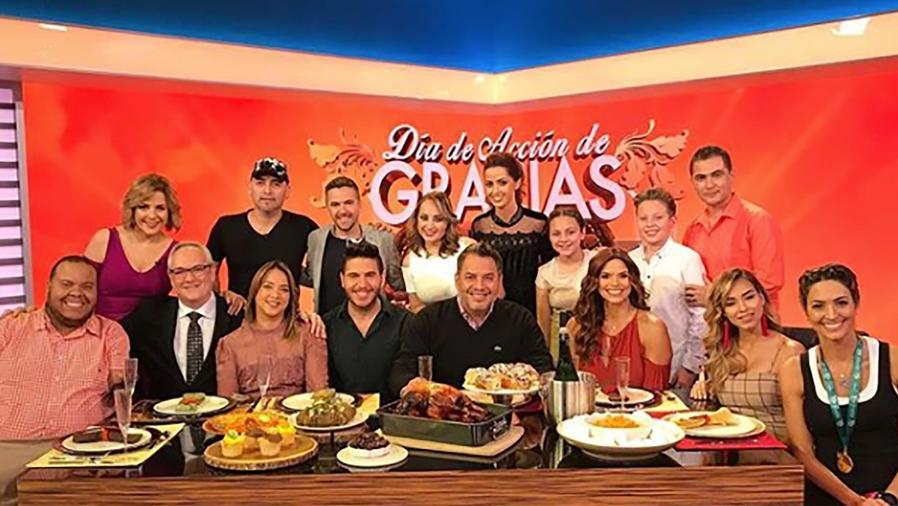 El equipo de Un Nuevo Día se sienta a la mesa para agradecer en el Día de Acción de Gracias