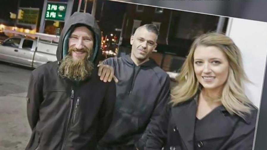 Un hombre desamparado ayudó a una mujer y gracias a esto se ganó más de 250 mil dólares