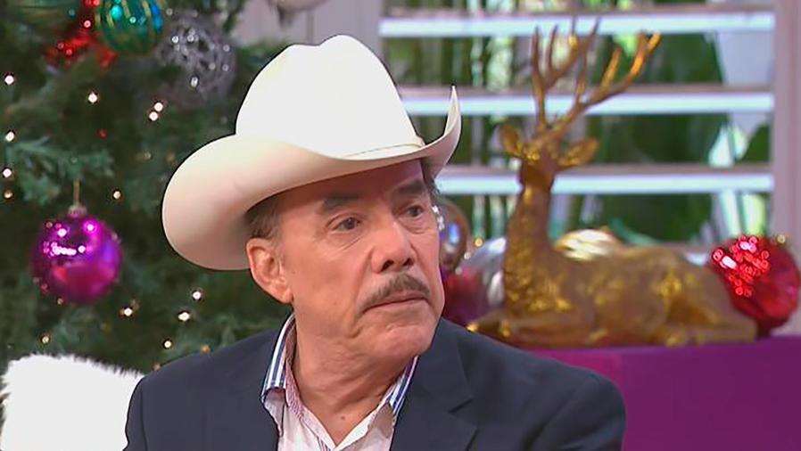 Don Pedro Rivera llega a casita para recordar a Jenni Rivera a 5 años de su muerte