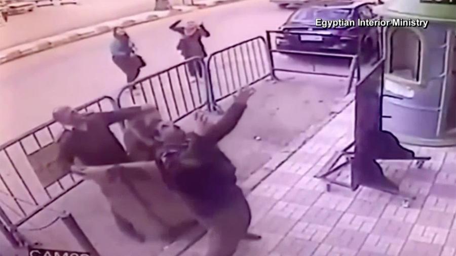 Momento en que dos policías intentan salvar a un niño que estaba a punto de caer desde un tercer piso