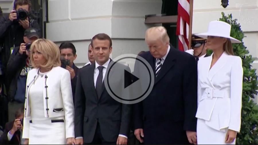 ¿Le retira la mano Melania Trump al presidente?