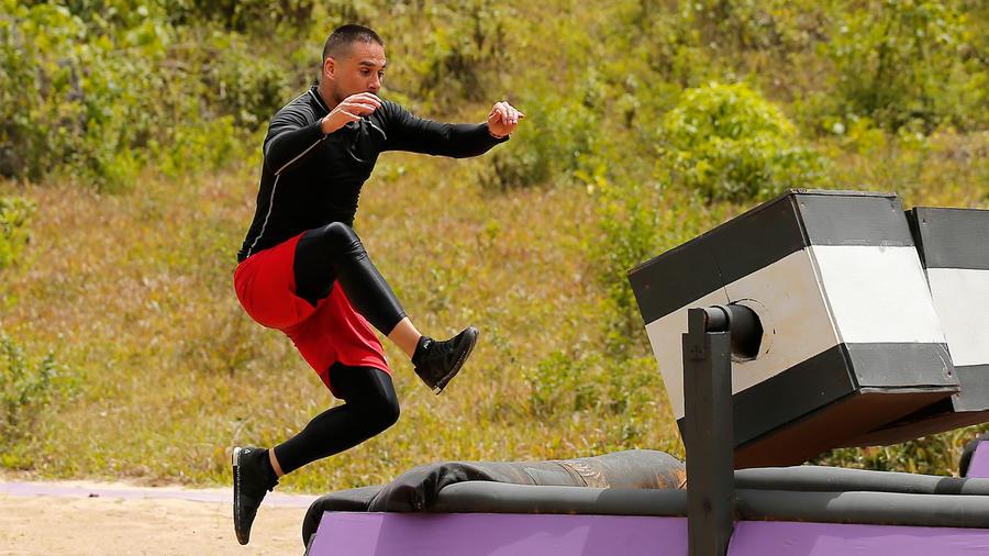 Sebastián Caicedo salta en prueba de Exatlón