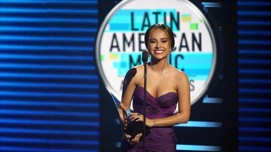 Becky G recibiendo premio en Latin AMAs 2018