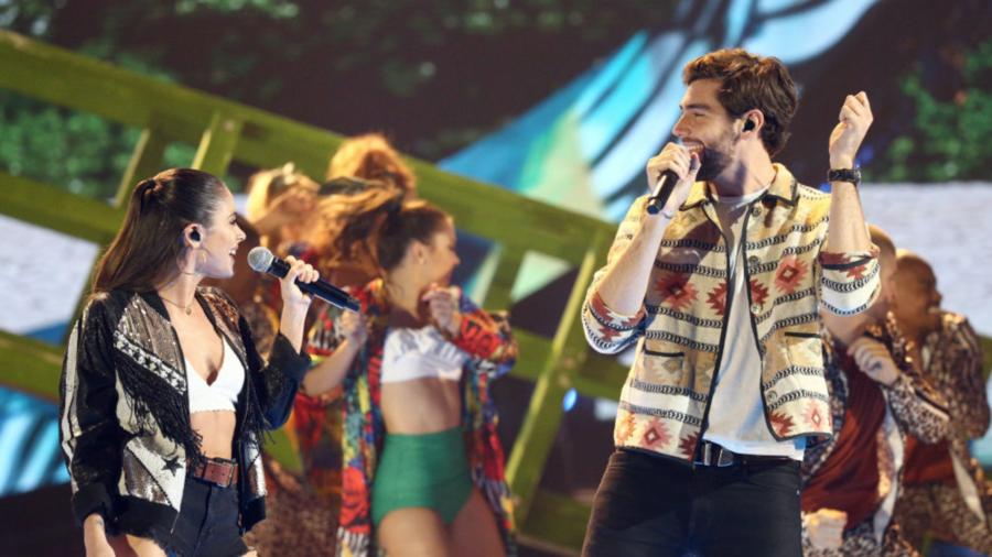 Alvaro Soler cantando en los Latin AMAs 2018