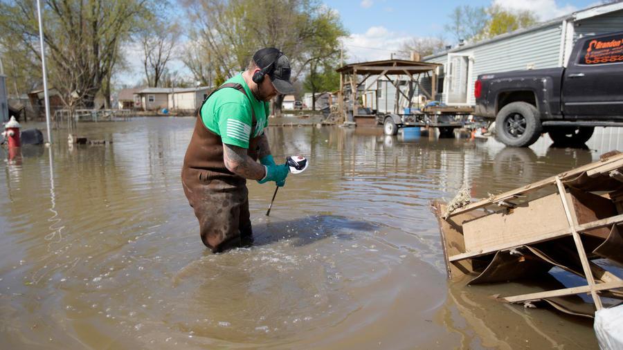 Un hombre busca sus pertenencias en mitad de una inundación en el sur de EEUU en una imagen de archivo
